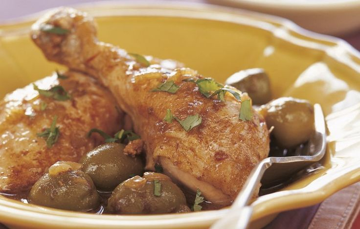 Ένα από τα κλασικά πιάτα του Μαρόκου. Αυτός ο συνδυασμός από ήπια καρυκευμένο κοτόπουλο, λεμόνι τουρσί και ελιές σερβίρεται συνήθως σε επίσημα δείπνα. Χρησιμοποιούμε πράσινες ελιές χωρίς κουκούτσι. Αν είναι πικρές, τις ζεματίζουμε σε βραστό νερό για 5 λεπτά πριν τις προσθέσουμε.