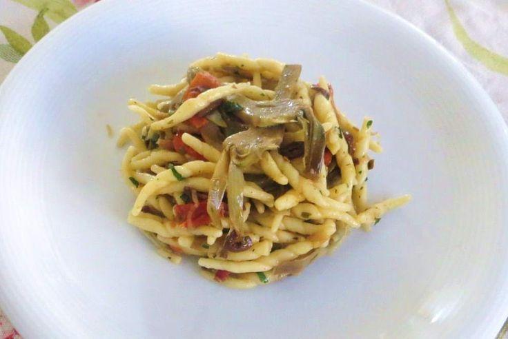 Una ricetta semplicissima per esaltare i carciofi perfetti per condire le trofie pasta di semola di grano duro tipica della Liguria. Un piatto leggero e dai sapori ben bilanciati.
