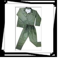 Traje de agua modelo 800 de color verde. Conjunto impermeable compuesto por chaqueta y pantalón.     Más información: http://www.suministrosindustriales.nom.es/trajes_de_agua.html