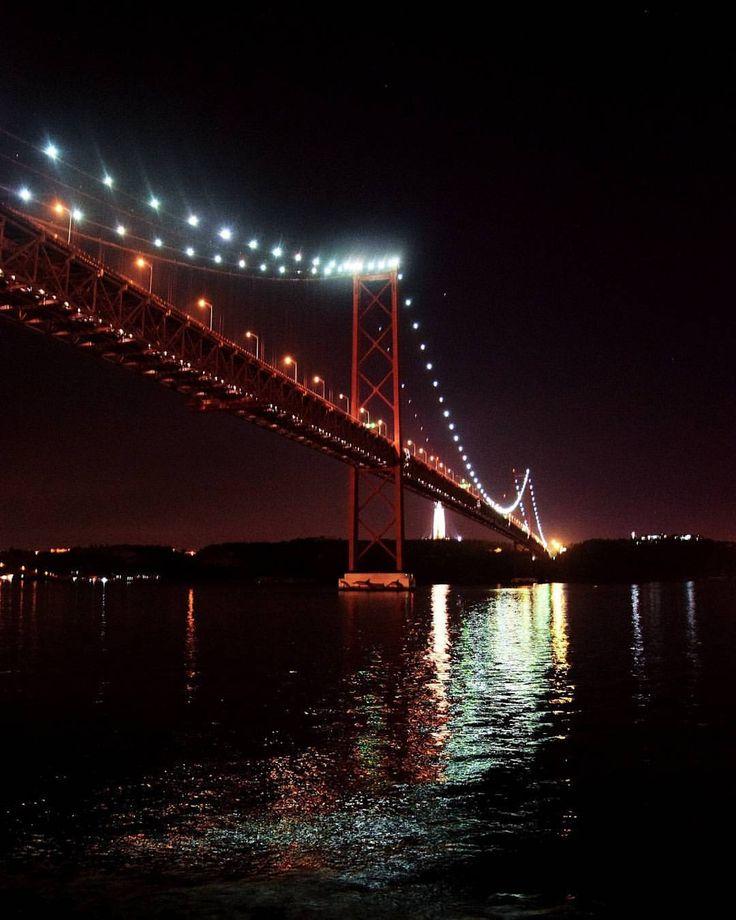 Ponte 25 de Abril #lisbon #portugal #lisboa #city #bridge #sightseeing #river #lights #traveling #traveller #travel #intatravel #travelgram #vacation #world #erasmus #erasmuslife (at 25 de Abril...