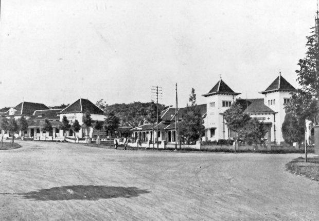 Schoolgebouwen in het residentiële stadsdeel van Bandoeng (West-Java). 1920-1939