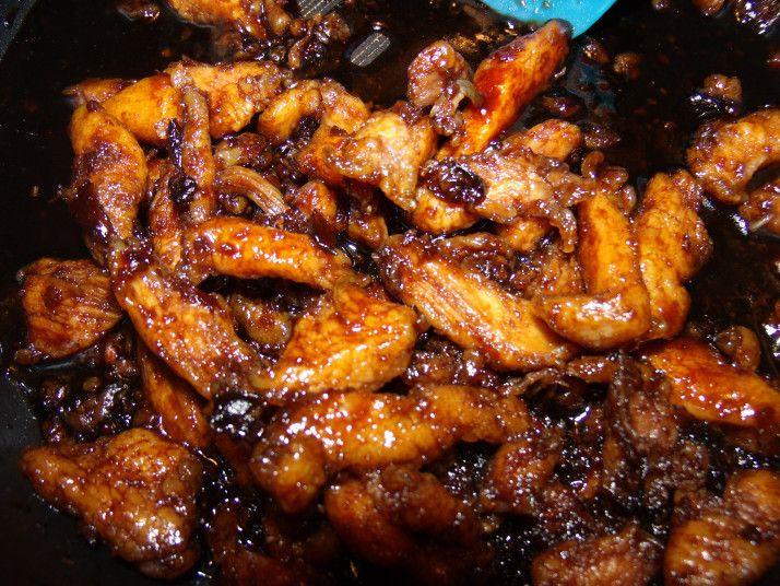 pechuga de pollo en tiras y rebozadas en maicena. 1/4 cucharadita de jengibre  1 cucharada de ajo picado *  1/2 taza de salsa de soya 1/2 taza de agua  3/4 taza de azúcar morena 1 taza de aceite vegetal girasol 2 cucharadas de cebolla muy picada. Calentar el aceite.Añadir jengibre,ajo cebolla,salsa de soja y el agua a la sartén Disolver el azúcar moreno en la salsa y hervir 2-3 min. Freir el pollo y añadir a la salsa.