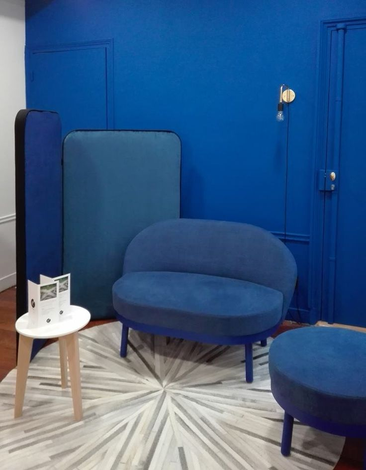 Variations in blue... Paltò sofa and pouf, design Le Tiroir. New offices in Paris. www.labbateitalia.it