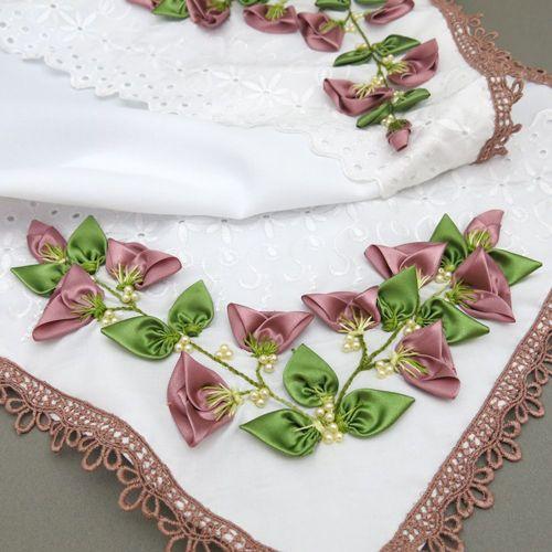 Caminho de mesa com botões de rosas de fitas