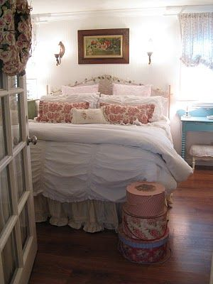 pretty: Bedrooms French Country, Cottages Style, Shabby Chic, Comforter Beds, Rose Vines, Dreamy Bedrooms, Chic Beds, Guest Rooms, Vines Cottages