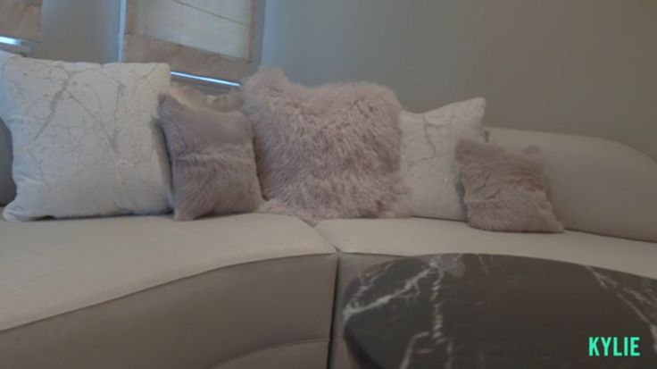 Kylie Jenner Bedroom House Decor Fur Pillows Mode