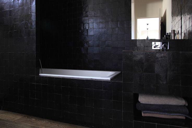 Du Zellige Noir Pour Une Salle De Bain Masculine Archi Atelier Premier Etage Avec Images Decoration Douche Salle De Bain Masculine Salle De Bain