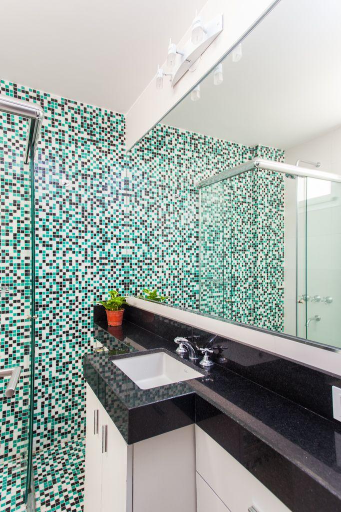 Ba o con pared de venecitas combinadas mesada de granito for Colores de granito para mesada