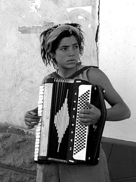 Mujer acordeon en San Pedro de Atacama