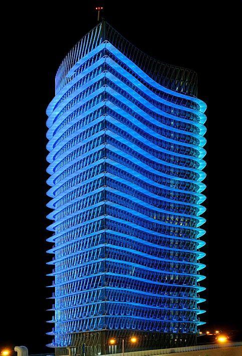 Torre del Agua, en su visión nocturna de color azul ...