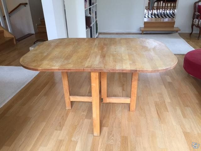 Klassiskt köksbord av massiv, oljad björk av mycket hög kvalitet. Blir det en fläck eller en skråma så är det bara att slipa lätt och olja. Mått: Längd 135 cm, bredd 90 cm, höjd 75 cm. I hopfällt så är det 15 cm. Tillverkad av Stolab. Nypris 7000 kr,...