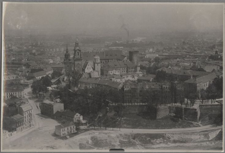 Spojrzenie na Wawel / Wzgórze Wawelskie, a u podnóża m.in. nieistniejące już kamienice (od strony Powiśla). Ze zbiorów Muzeum Lotnictwa Polskiego w Krakowie.