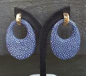 Goud vergulde creolen met ovale hanger van blauw Roggenleer