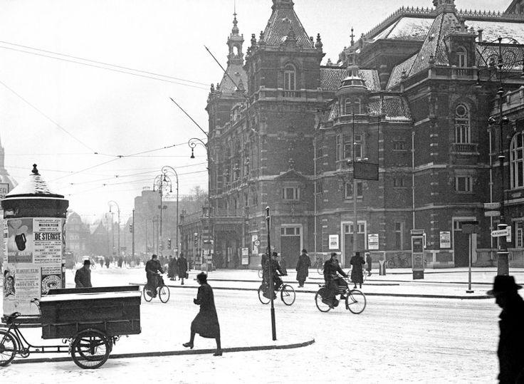 Het Leidseplein in de sneeuw. Rechts de Stadsschouwburg. 6 januari 1941 Wo, Oorlogsjaren. ANPFOTOCo Zeylemaker