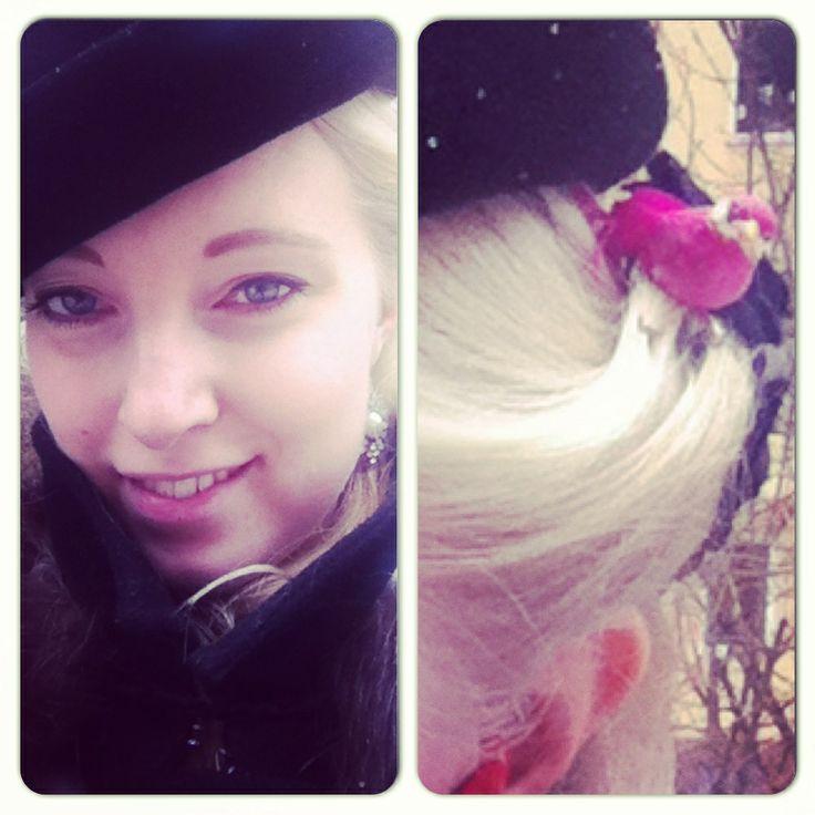 Dagens. Hatt från loppis och liten rosa fågel i håret från Panduro.