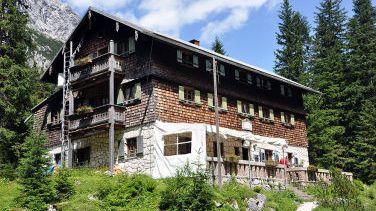 Die Reintalangerhütte im Wettersteingebirge ist ein saisonal bewirtschaftete Hütte der Alpenvereinssektion München und Stützpunkt der 3-tägigen Zugspitztour.