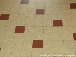 Le carrelage des années 50-60, il était d'une solidité à toute épreuve ! / Vintage tiled floor.