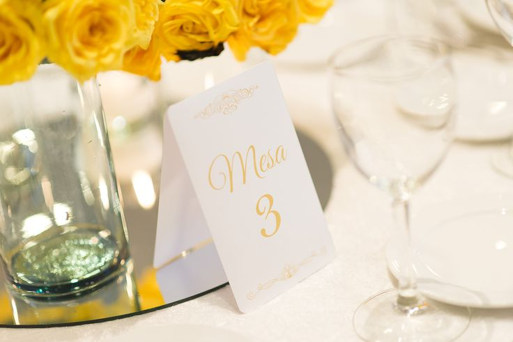 Marcador de mesa amarillo