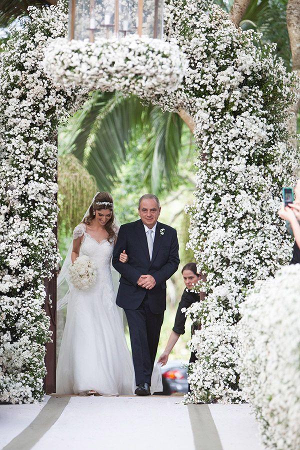 Casamento na fazenda - decoração campestre - arco de flores brancas na entrada da cerimônia ( Foto: Flavia Vitoria | Flores: André Pedrotti )