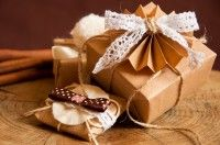 Carta regalo personalizzata con decorazioni all'uncinetto