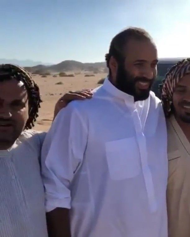 السعودية ولي العهد السعودي الأمير محمد بن سلمان بن عبدالعزيزيتناول وجبة الجمرية مع شباب تبوك في نيوم فيديو فيديوهات الخميس Lab Coat Fashion Coat
