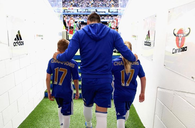 "Polubienia: 82.7 tys., komentarze: 445 – Chelsea FC - Official (@chelseafc) na Instagramie: ""The moment @johnterry.26 led his Chelsea team out at Stamford Bridge for the very last time. …"""