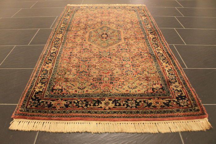 Oriënteren tapijt Indo Bidjar Herati 92 X 166 cm gemaakt in India einde van de vorige eeuw  Wordt aangeboden een handgeknoopte Perzische oosters tapijt. Deze tapijten worden vervaardigd in gerenommeerde vloerbedekking regio's.Kijk op het tapijt met geduld en aandacht. Elk handgemaaktHet tapijt is uniek in ontwerp schoonheid en de kleur harmonie en duseen kunstwerk op zich.Provincie: BidjarGemaakt in IndiaNieuwe wol op katoen rond 1990/2000Ca. 250.000 knopen per vierkante meter.Tapijt…