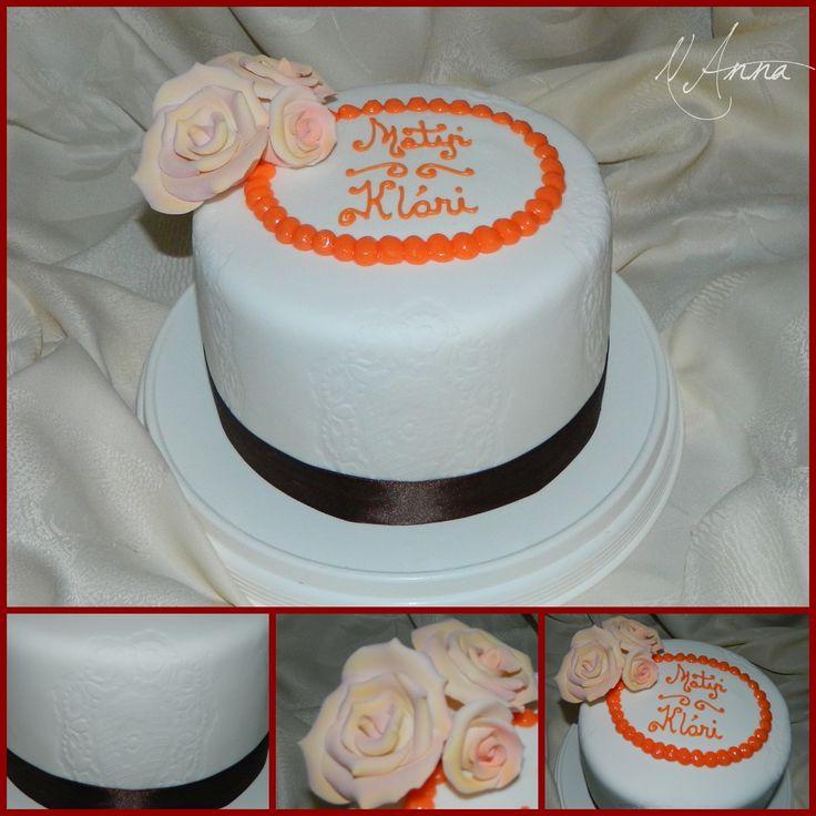 Little cake with roses - Kicsi torta barack színű rózsával a tetején és domború mintával az oldalán