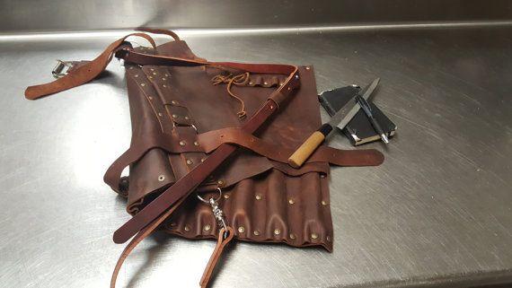 Même style que mes autres sacs mais en utilisant ultra cuir kodiak.  Fait pour un usage sévère.  Kodiak cuir prend magnifiquement lâge.  Chaque pièce est à la main coupe, à la main a martelé et assemblé avec soin un chef.