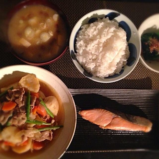 旦那に任せたら ご飯とお味噌汁の位置とかメチャメチャですね( ̄◇ ̄;) お恥ずかしい(; ̄O ̄) - 13件のもぐもぐ - 昆布だし漬け鮭、肉じゃが、小松菜のおひたし、なめことお豆腐のお味噌汁 by ayumi