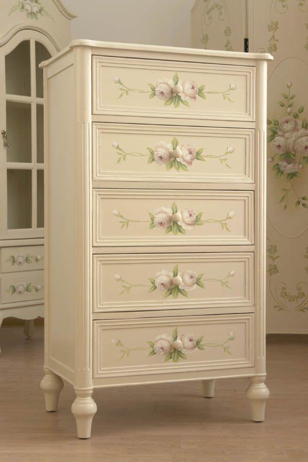 Stylowa komoda z kolekcji różanej / The stylish chest of a collection of rose