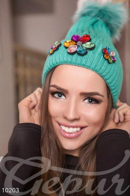 Шапка с бумбоном, декорирована разноцветными крупными камнями. #шапка #декор #яркая #теплая #зимняя #булубон http://gepur.com/