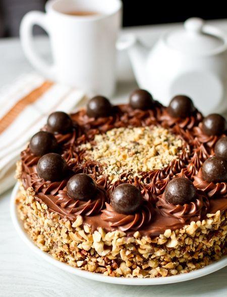 """бисквита  4 крупных яйца (С-В или С-0) 150 г сахара 200 г фундука (не жареного) 50 г муки 30 г (2 ст.л. какао-порошка) 1 ч.л. рахрыхлителя 1 ч.л. ванильной эссенции  крем  200 г """"нутеллы"""" или аналогичной шоколадно-ореховой пасты 300 г сливочного масла  200 г шоколада 45-60% какао (если вы любите более насыщенный шоколадный вкус, то можете использовать шоколад с бОльшим процентом содержания какао-массы)    прослойкa  1 вафельный корж   100 г жареного фундука 10-12 шоколадных конфет круглой…"""