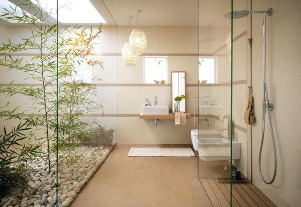Une salle de baine de style japonaise en verre et décoration bambou
