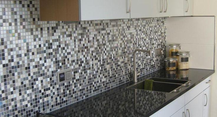 Glas mozaïek aan wand in keuken