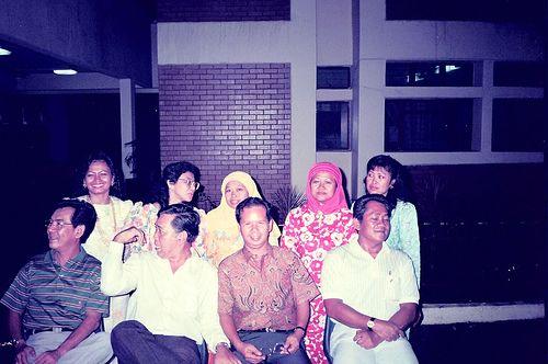 Berdiri dari kiri >> Sdri Halimah, Azizah, Satinah, Saniah & Yatimah. Duduk dari kiri >> Chegu Hashim Ali, Ahmad Salleh, Khairuddin Atan & Ariff Abbas.   Board Satinah - From http://pasutri.us