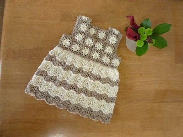 並太毛糸使用で、ヨークの部分はかぎ針で配色モチーフつなぎ、スカートの部分は棒針編みで穴開きの配色編みです。裾は模様の特性を生かして波型に可愛く仕上がっています...|ハンドメイド、手作り、手仕事品の通販・販売・購入ならCreema。