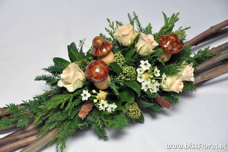 Herfststuk van o.a. rozen, conifeer en skimmia.