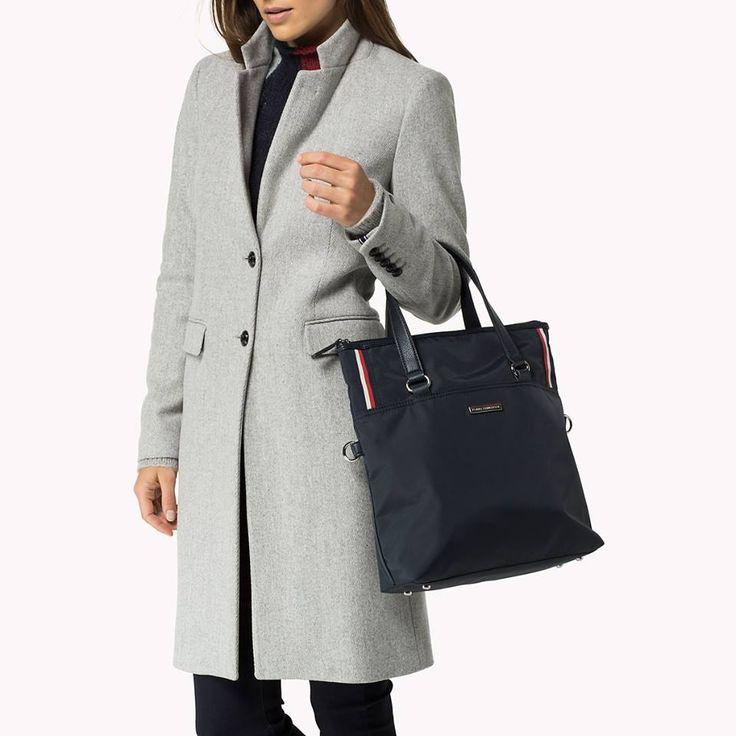 Nylonowa torebka marki Tommy Hilfiger w kolorze granatowym to fantastyczny dodatek do jesiennych stylizacji. Posiada paski do noszenie torebki w dłoni lub na ramieniu oraz odpinany pasek do noszenia na ramieniu z regulacją długości.
