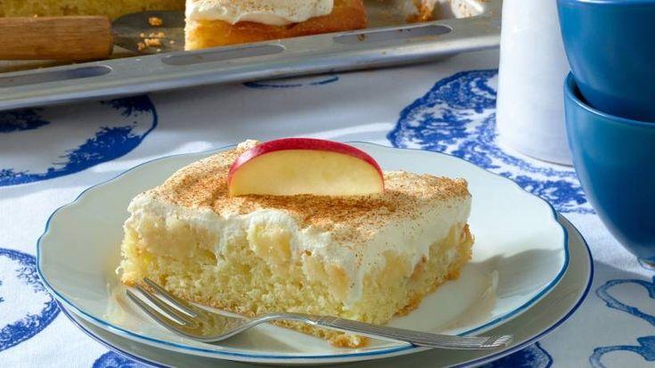 Dieser Apfelkuchen mit Sauerrahmhaube kommt bei Familienfeiern besonders gut an. P …   – Essen und trinken