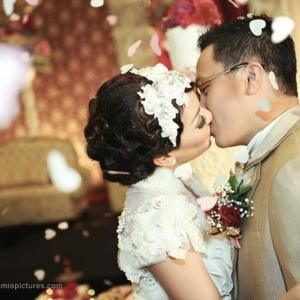 romantic wedding kiss by Camio Pictures