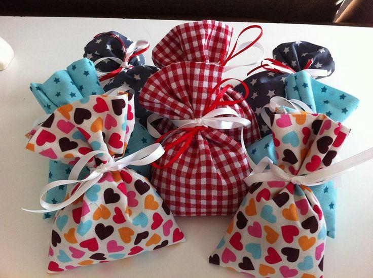 Ganz einfache Lavendelsäckchen  - 1 Stoffteil (ca. 40 cm x 10 cm) zuschneiden - die kurzen Seiten versäubern - an den jeweils kurzen Seiten ca. 3-4 cm nach innen klappen - alles bügeln - Das Stoffteil einmal in der Mitte falten (so dass rechts auf rechts liegt) und an den langen Seiten mit Geradstich vernähen und danch versäubern (oder gleich mit der Overlock) alles wenden, mit Lavendelblüten befüllen und mit schönem Geschenkband verschnüren Fertig :)