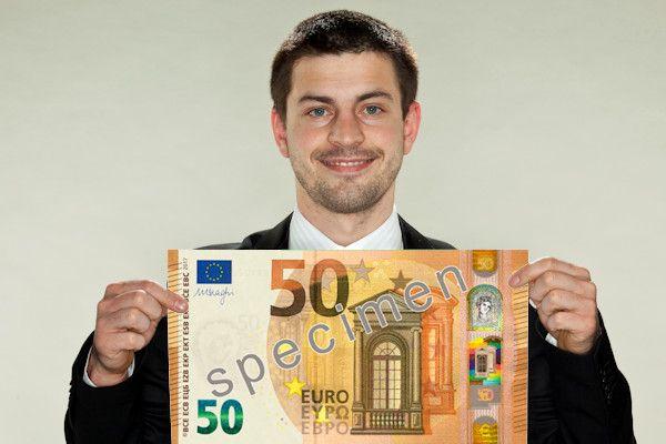 De Europese Centrale Bank heeft het nieuwe biljet van vijftig euro onthuld. Op het eerste gezicht lijkt het briefje hetzelfde als zijn voorganger. Toch heeft het nieuwe ontwerp een aantal opvallende verschillen. Het Algemeen Dagblad weet dat het biljet voor 50 euro het meestgebruikte bankbiljet is. De nieuwe versie wordt in het voorjaar van 2017 in omloop gebracht, maar is [...]
