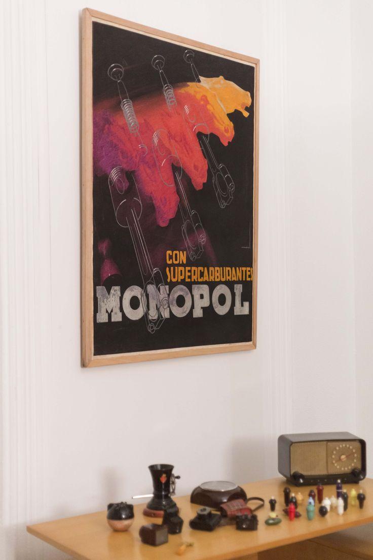 Recreación de un despacho de coleccionista con mobiliario y cartel del MNAD