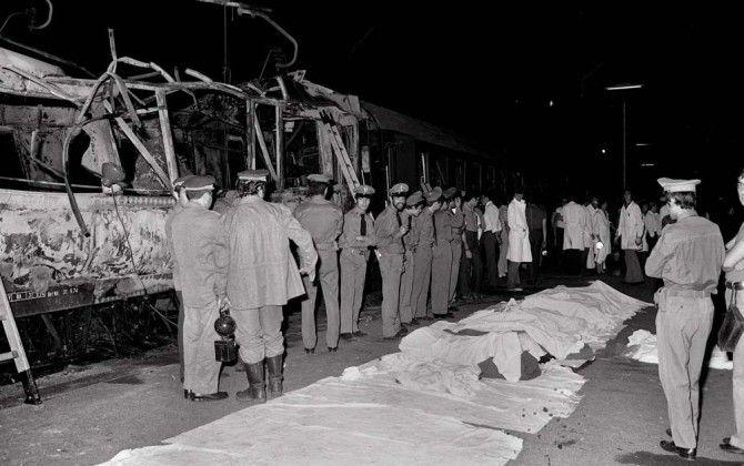 23 dicembre 1984: La strage di Natale. Una bomba esplode sul Rapido 904 partito da Napoli e diretto a Milano. Finestrini rotti, sangue, e pezzi di corpi sui binari. Il bilancio è di 16 morti e più di 300 feriti. Cronologia di un attentato mafioso ---> http://www.cinquantamila.it/storyTellerThread.php?threadId=F73CronologiaDellattentatoAlRapido9