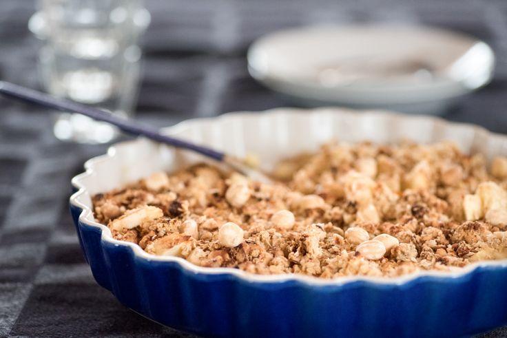 Apple Crumble  Ingrediënten  2 friszoete appels (bv Jonagold), het klokkenhuis verwijdert, in kleine blokjes gesneden 1 sinaasappel, 1/2 uitgeperst 1/2 rasp 2 tl kaneel, gemalen 3 el honing, vloeibaar 50 g ongezouten roomboter, in blokjes gesneden 100 g hazelnoten, grof gehakt 100 g havermout