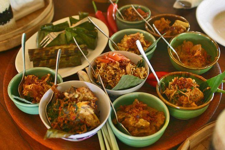 Nasi Ayam i Nasi Campur - pirinač i puno posudica punih očaravajućih ukusa Balija. Hmm :) #travelboutique #putovanje #bali #hrana #food