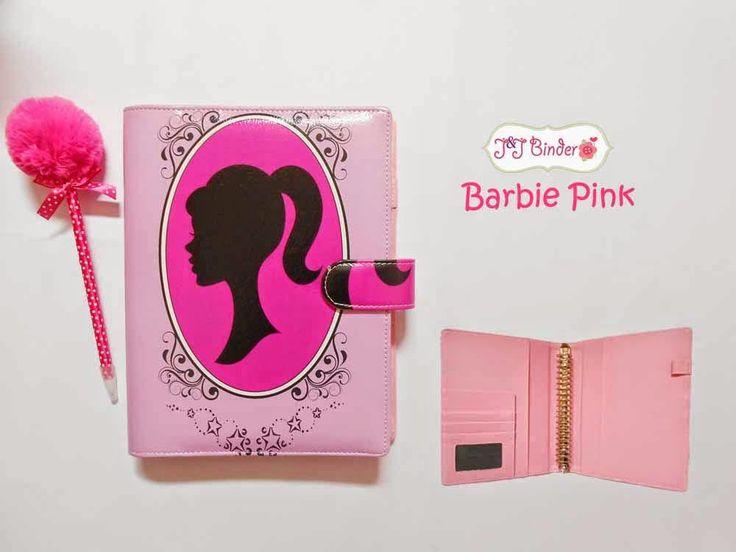 Nama  Produk : Binder Barbie Pink Ukuran   :A5 20ring : 55rb, B5 26 ring : 65rb Bahan  : Kain Satin Deskripsi : 3 slot kartu, 1 slot foto 1 Slot pulpen
