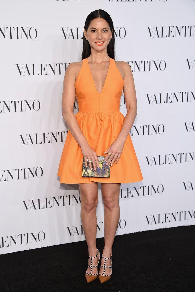 Оливия Манн в мини-платье, цвета дыни, от Valentino