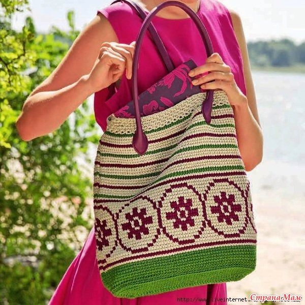 Связанная крючком сумка с жаккардовым узором всегда будет трендовым летним аксессуаром.  Вязаная сумка в вашей коллекции будет не только удобной, но и стильной вещью.  Размер:
